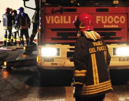 Autofficina in fiamme, in azione più squadre dei vigili del fuoco
