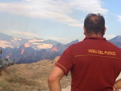 Incendio a Montefelcino, distrutto deposito di paglia – FOTO – VIDEO
