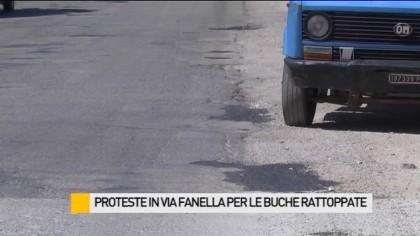 Proteste in via Fanella per le buche rattoppate – VIDEO