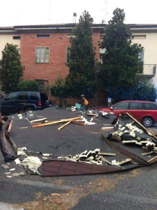 Maltempo, raffiche di vento fino a 100 km orari: a Pesaro una tettoia finisce in strada – FOTO e VIDEO