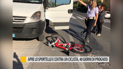 Apre lo sportello e centra un ciclista, 40 giorni di prognosi – VIDEO