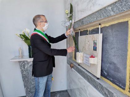 Ricci depone una rosa sulla tomba di Andrea Rossi: «Per lui e per tutte le vittime della città»